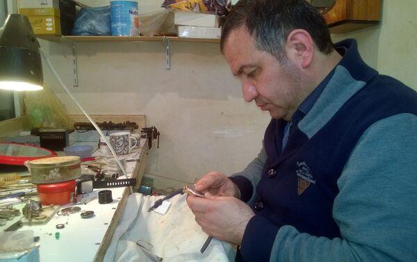 Шахину было около 12 лет, когда он начал каждый день приходить в мастерскую отца и учиться у него часовому делу - Sputnik Азербайджан