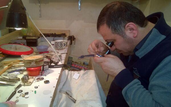 С 18 лет он начал заниматься этим ремеслом самостоятельно - Sputnik Азербайджан