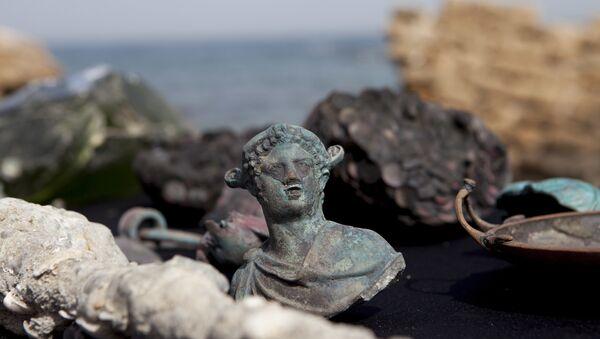 Редкие бронзовые артефакты, часть большого древнего морского груза торгового судна , затонувшего во время позднего римского периода 1600 лет назад - Sputnik Азербайджан