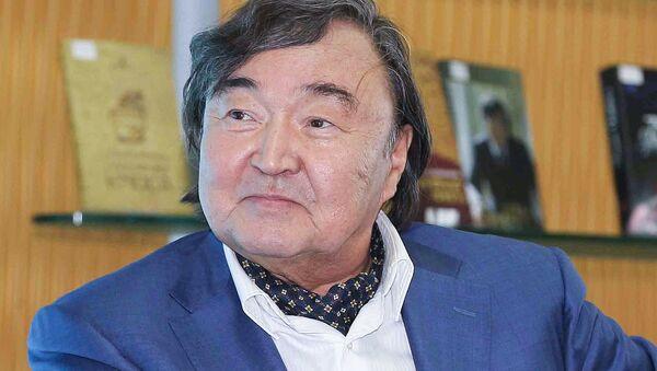 Поэт, писатель-литературовед, общественно-политический деятель Казахстана, дипломат Олжас Омарович Сулейменов - Sputnik Азербайджан