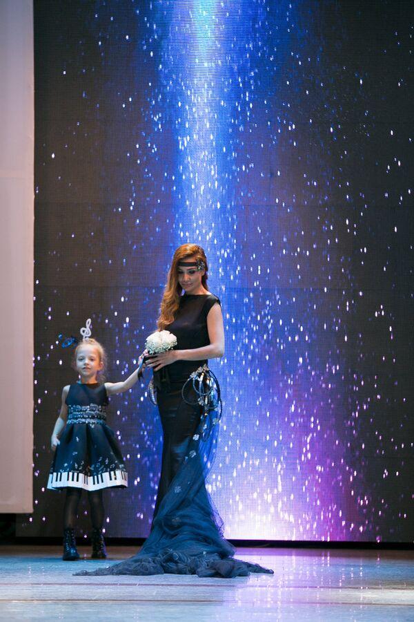 Стоит отметить, что дизайнер в завершении показа на суд зрителей  представила вечернее платье для взрослых - Sputnik Азербайджан