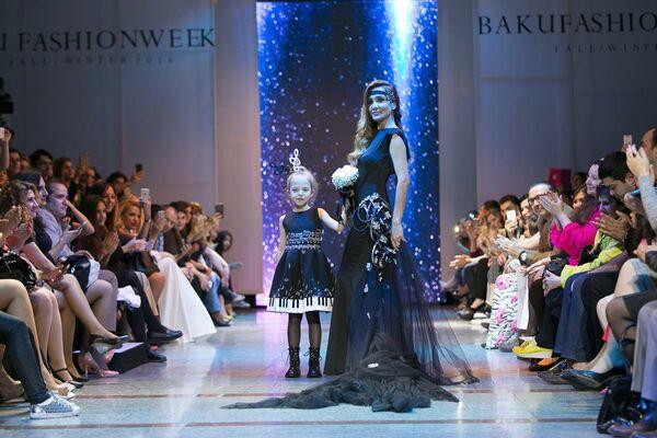 На подиум в качестве главной моделью была приглашена проживающая в Турции азербайджанская модель Кенуль Азизова - Sputnik Азербайджан