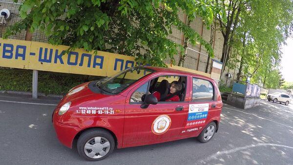 Девушка без рук учится водить автомобиль и рассчитывает получить права - Sputnik Азербайджан