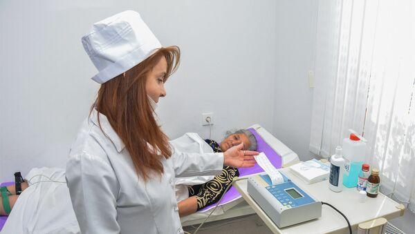 Пациентка проходит медицинский осмотр в одной из клиник города Баку - Sputnik Азербайджан