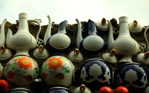 Он приносил с завода поломанные, бракованные предметы посуды которые использовал для постройки дома - Sputnik Азербайджан