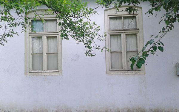 Деревянные створки, которые прибиты к окнам изнутри для защиты от солнца, резные орнаменты над входными дверями, а также другие особенности этих домов рассказывают о совершенно другой культуре - Sputnik Азербайджан
