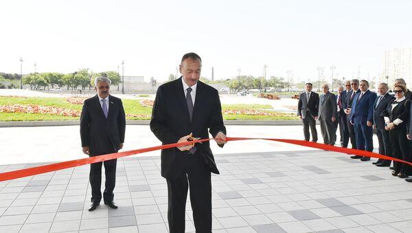 Prezident İlham Əliyev binanın rəmzi açılışını bildirən lenti kəsir - Sputnik Azərbaycan