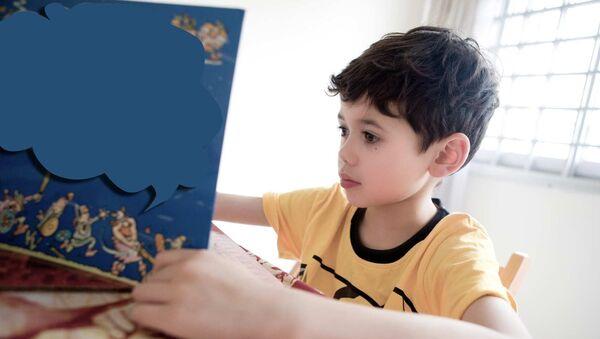 Kitab oxuyan uşaq. Arxiv şəkli - Sputnik Azərbaycan