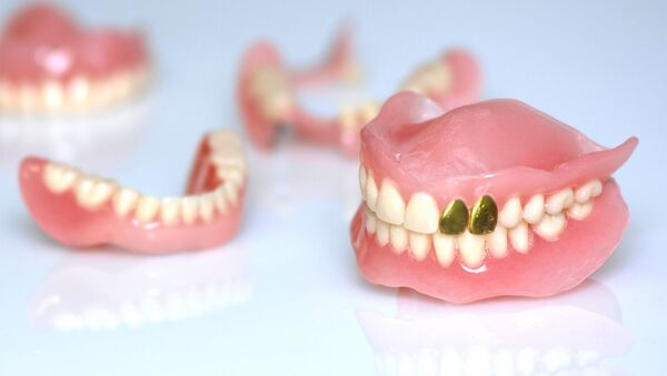 Вставная челюсть с золотыми зубами - Sputnik Азербайджан