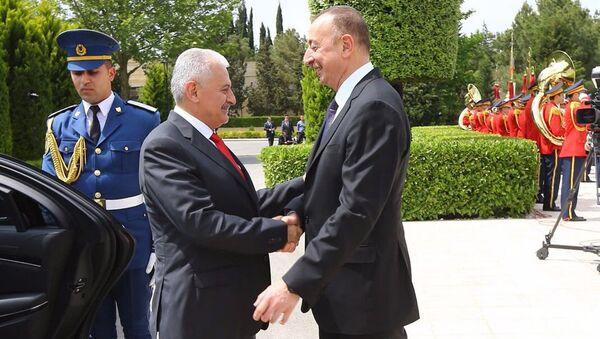 Президент Азербайджана Ильхам Алиев приветствует Бинали Йылдырыма в Баку - Sputnik Азербайджан