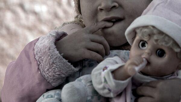 Девочка с куклой - Sputnik Азербайджан