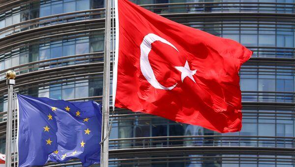 Флаги Евросоюза и Турции развеваются перед одним из отелей в Стамбуле - Sputnik Азербайджан