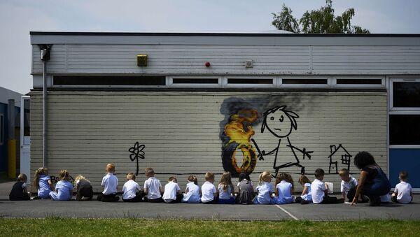 Бэнкси отблагодарил рисунком на стене школу в Бристоле, назвавшую здание в его честь - Sputnik Азербайджан