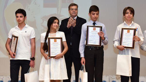 Награждение победителей VIII Республиканской Олимпиады по русскому языку и литературе - Sputnik Азербайджан