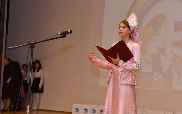 Ученица одной из бакинских школ читает стихи Пушкина - Sputnik Азербайджан