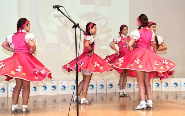 Танцевальный номер бакинских школьниц - Sputnik Азербайджан