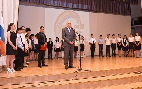 Перед собравшимися также выступил известный писатель Чингиз Абдуллаев - Sputnik Азербайджан
