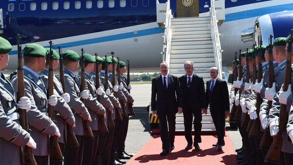 Почетный караул, выстроенный в честь Президента Ильхама Алиева в аэропорту Берлин-Тегель - Sputnik Азербайджан