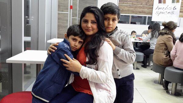 Перишан ханум с сыновьями Онуром (слева) и Тайфуном - Sputnik Азербайджан