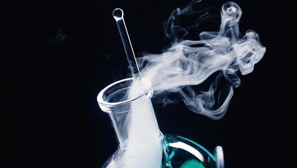 Дымящаяся кислота в пробирке. Архивное фото - Sputnik Азербайджан