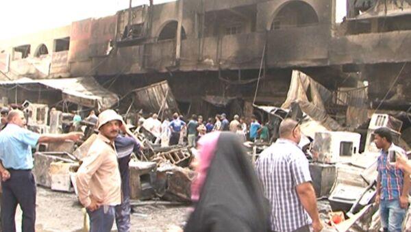 Последствия взрыва в Багдаде: искореженные машины и обгоревшее здание рынка - Sputnik Азербайджан