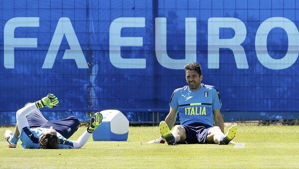 Вратари сборной Италии по футболу Федерико Маркетти и Джанлуиджи Буффон во время тренировок - Sputnik Азербайджан