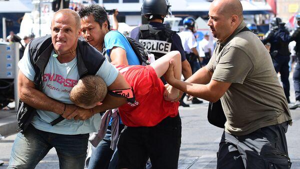 Арест фаната английской сборной во время беспорядков в Марселе - Sputnik Азербайджан