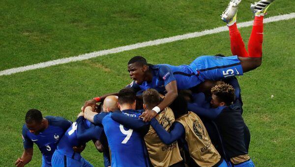 Футболист сборной Франции Антуан Гризманн празднует свой первый гол - Sputnik Азербайджан