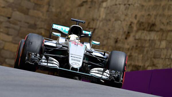 F1 komandasının pilotu Luis Hamilton Baku City Circuit'də Mercedes AMG Petronas bolidini idarə edir - Sputnik Azərbaycan