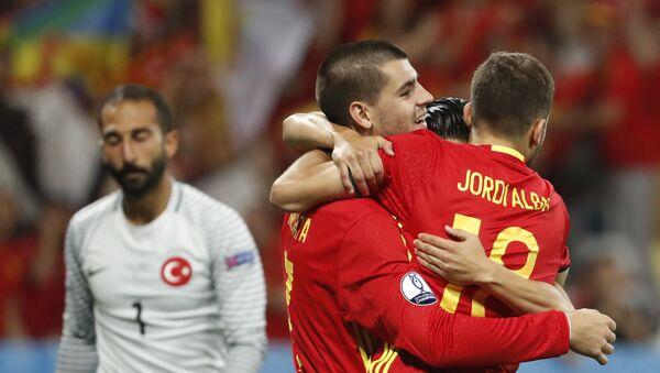 Испанец Альваро Мората празднует третий гол свое команды - Sputnik Азербайджан