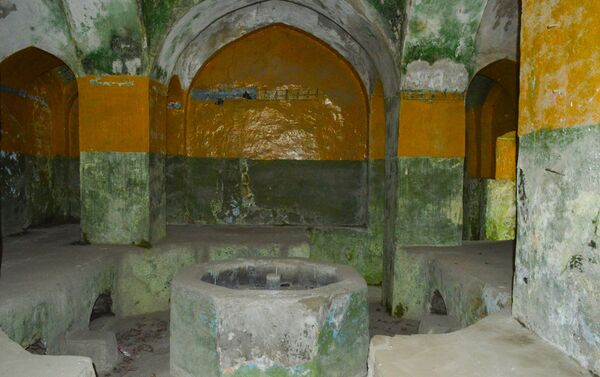 При входе, в центре здания хамама обычно находится бассейн - Sputnik Азербайджан