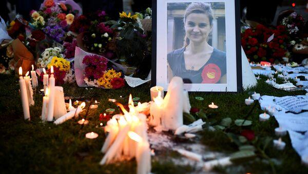 Люди ставят свечи перед фотографией депутата палаты общин британского парламента Хелен Джоан Кокс - Sputnik Азербайджан