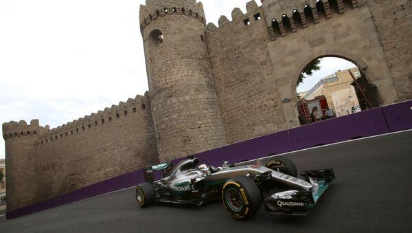Хэмилтон из команды Mercedes показал лучший круг по итогам третьей свободной практики в рамках Гран-при Европы в Баку - Sputnik Азербайджан