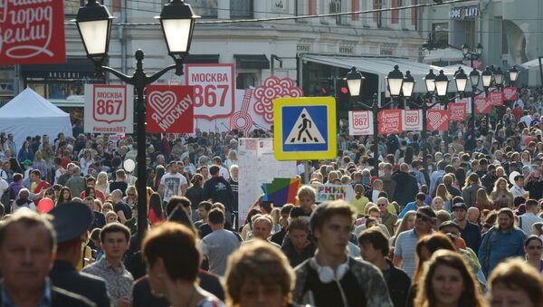 Люди на улице Кузнецкий мост Москвы. Архивное фото - Sputnik Азербайджан