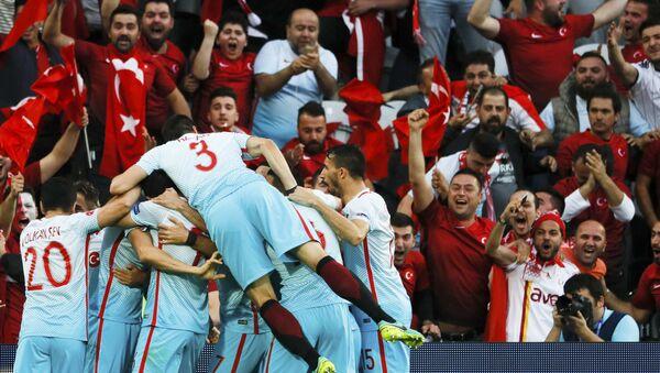 Игроки турецкой сборной радуются победе - Sputnik Азербайджан