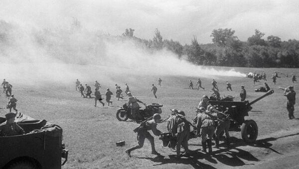 Советские артиллеристы ведут бой на 2-м Украинском фронте. - Sputnik Азербайджан