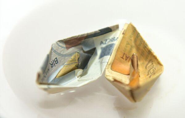 Памятные и юбилейные монеты выпускаются Центральным банком Азербайджанской Республики из драгоценных (золото — номиналами 1, 3, 5, 10, 20, 50 гяпиков и 50, 100, 500 и 1000 манатов, серебро — номиналами 5 и 50 манатов и платина — номиналом 500 манатов) и недрагоценных металлов (медно-никелевый сплав — номиналом 1 манат).  - Sputnik Азербайджан