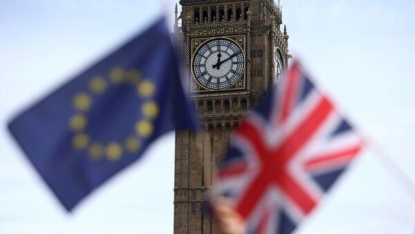 Флаги Евросоюза и Великобритании на фоне Биг-Бена - Sputnik Азербайджан