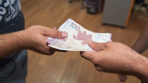 Передача денег из рук в руки - Sputnik Азербайджан