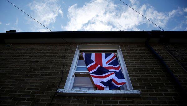 Britaniya bayrağı Londondakı evlərdən birinin pəncərəsindən asılıb - Sputnik Azərbaycan