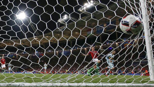 Бельгиец Янник Карраско забивает четвертый гол своей команды - Sputnik Азербайджан