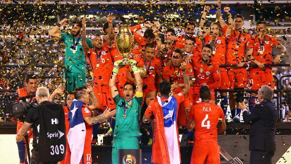 Чилийская сборная по футболу празднует победу - Sputnik Азербайджан