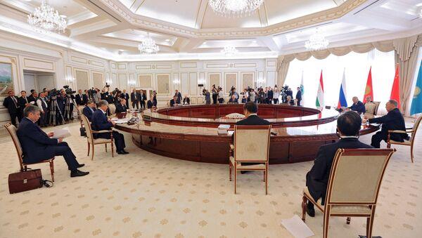Президент РФ Владимир Путин во время заседания в Ташкенте Совета глав государств-членов ШОС - Sputnik Азербайджан