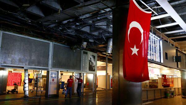 Рабочие восстанавливают поврежденные части терминала аэропорта Ататюрк - Sputnik Азербайджан