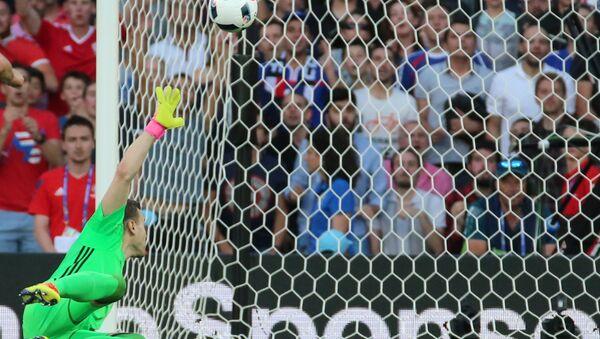Вратарь сборной России Игорь Акинфеев пропускает мяч в свои ворота в матче группового этапа чемпионата Европы по футболу - Sputnik Азербайджан