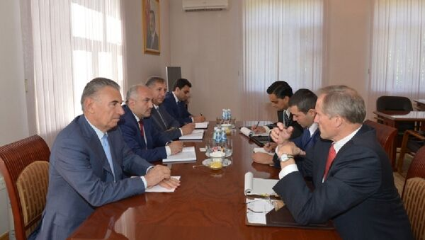 Председатель Государственного комитета по работе с беженцами и вынужденными переселенцами Али Гасанов встретился с послом США в Азербайджане Робертом Секутой - Sputnik Азербайджан