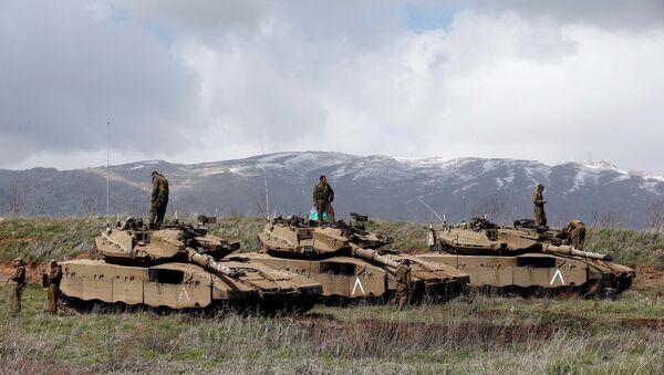 İsrail əsgərləri Sutiya ilə sərhəddin yaxınlığındakı Qolan təpələrində tankların üzərində dururlar - Sputnik Azərbaycan