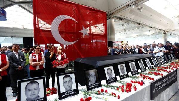 Atatürk Hava Limanının əməkdaşları terror hadisəsi zamanı vəfat etmiş həmkarlarnın xatirəsini anırlar - Sputnik Azərbaycan