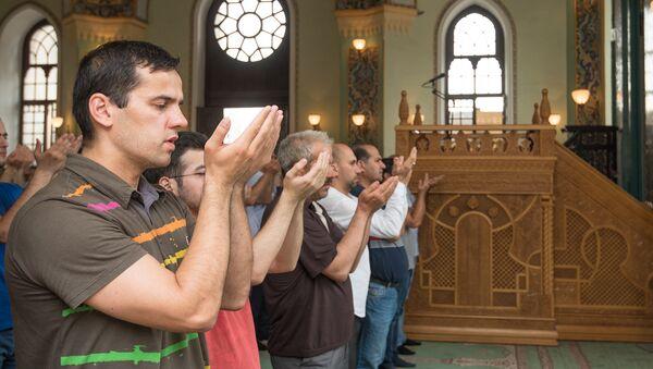 Люди совершают намаз в мечети Тезе Пир, фото из архива - Sputnik Азербайджан