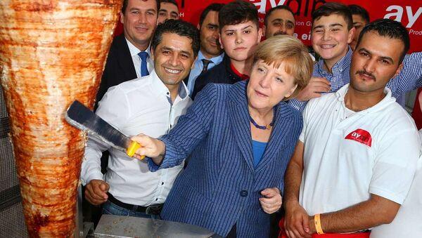 Almaniya kansleri Angela Merkel paytaxt Berlində keçirilən ənənəvi yay bayramında iştirak edir. Arxiv şəkli - Sputnik Azərbaycan